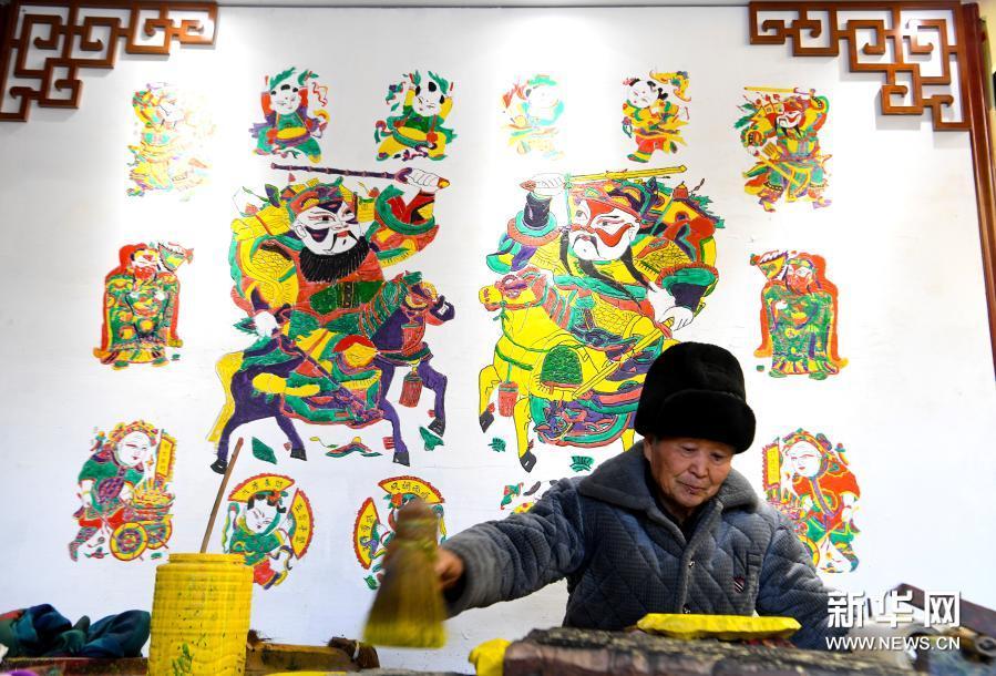 木版雕刻印年画 浓浓年味迎新春